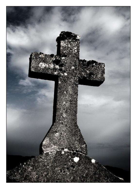 Herinnering - Even iets heel anders, foto genomen tijdens en creatieve workshop in de Morvan en is genomen op een oud kerkhof.<br /> Bedankt voor de