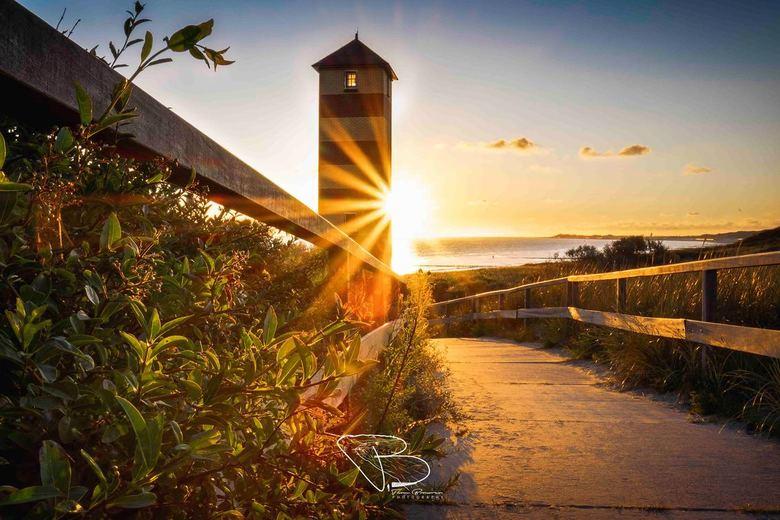 Sunshine - Een heldere zonsondergang aan de kust, bij de vuurtoren van Dishoek.