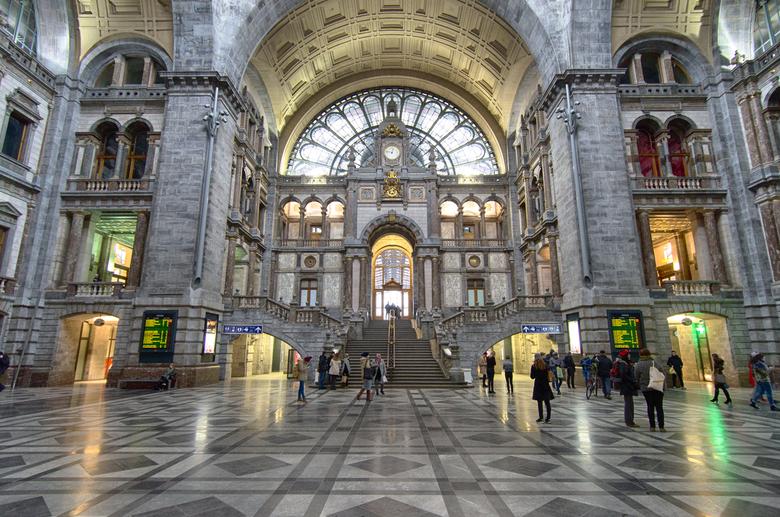Stationshal Antwerpen - Stationshal in Antwerpen, België. Deze prachtige stationshal (ook wel Spoorwegkathedraal genoemd) in eclectische stijl, is geb