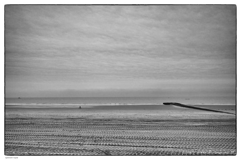 Lonely biker - De eenzame fietser op het strand van Westende, Belgie