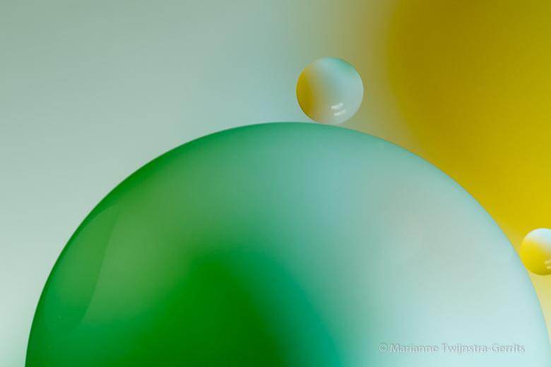 oliedruppels op water - Druppels olie op water