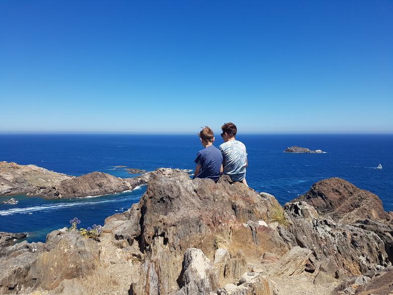 Adembenemend blauw - Het uitzicht over de Middellandse Zee vanaf Cap de Creus bij Cadaqués is adembenemend. Daar waren zelfs deze knapen even stil van