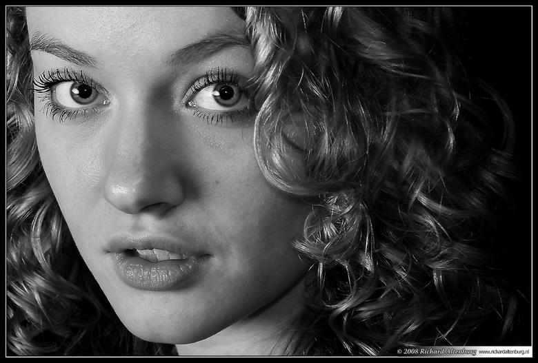 Curls - Moet handig zijn als je als model 's morgens uit bed stapt met zulke mooie natuurlijke krullen. Ze doen het prachtig op al haar foto&#039