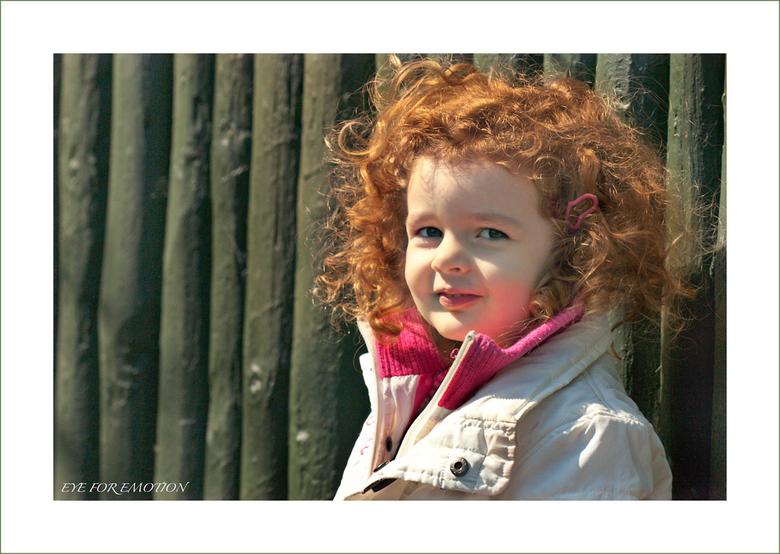 Just a moment... - Met dit mooie engelse roodharige meisje had ik even een paar seconden echt contact in de dierentuin...ze zag dat ik m'n camera