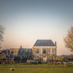 Oud verlaten boerderij