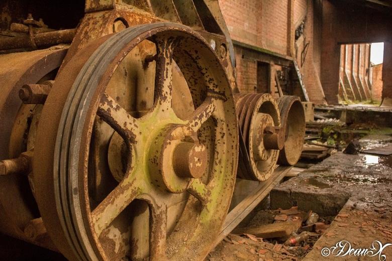Motor steenbakkerij - In een verlaten steenbakkerij troffen we deze grote motor aan.