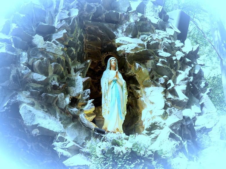 Maria grot...... - Maria grot in Meerseldreef(Belgie),<br /> (zie ook mijn vorige foto)<br /> <br /> Van bij de oprichting van de kerk en het kloos