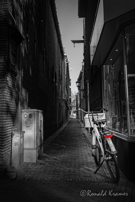 Donker steegje - Een oud steegje in het centrum van Harlingen.<br /> <br /> Allen bedankt voor de mooie reacties op m&#039;n vorige upload.