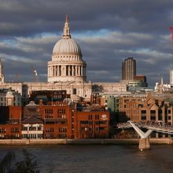 Londen, vanaf Tate Modern met zicht op St. Paul's Cathedral en de Millenniumbridge