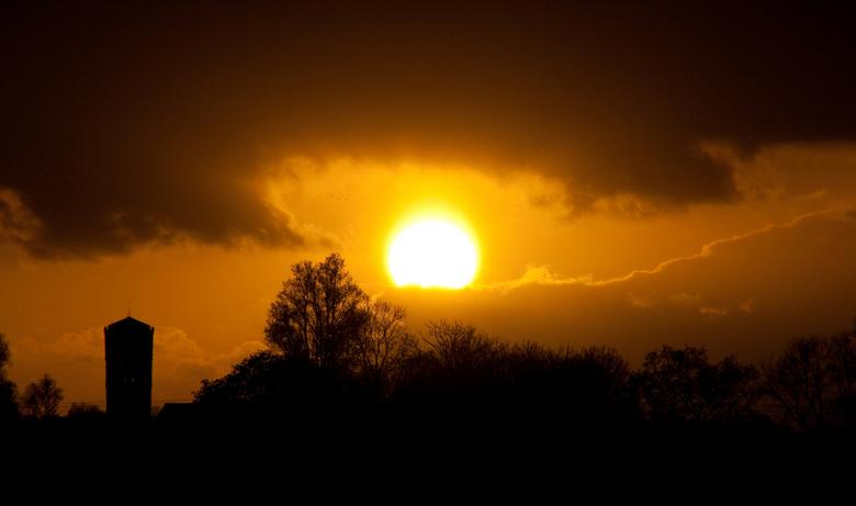 Silhouetten (1) - Gisteravond gemaakte foto van een tegenlichtopname op de volle zon. De toren links is de ongeveer van waar ik stond een kilometer ve