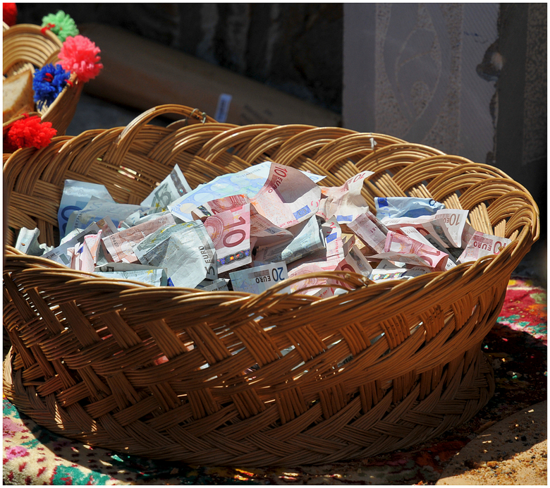 Geld voor de kerk - Tijdens Maria Hemelvaart in het dorpje Olympos op het Griekse eiland Karpathos kon een ieder vrijwillig wat geld schenken voor ond