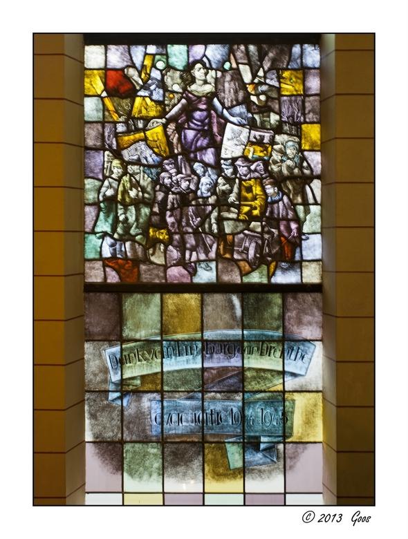 Assen - Drents museum 25 - Een herinneringsraam als dank van Limburg aan Drenthe i.v.m. de evacuatie van 1944-1945.