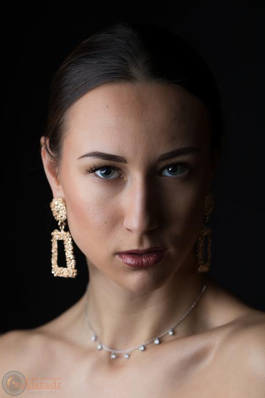 Lady with jewelry - Model: Polina