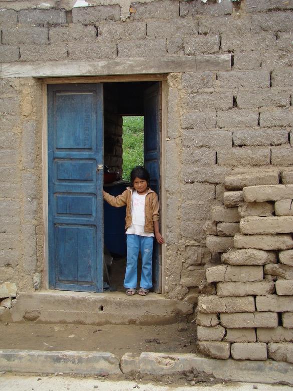 weg van de stoffenmarkt in Tarabuco Bolivia - Wie woont er in dit huisje gemaakt van een soort leem?