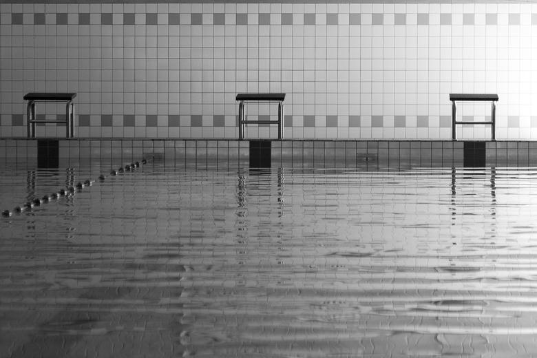 Zwembad - Een foto van een zwembad. De omzetting naar zwart wit benadrukt het lijnenspel.