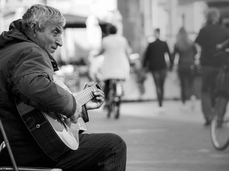 Straatmuzikanten #1 - Ook bij straatmuzikanten hou ik graag de controle over mijn scherpte/diepte. Ik wil de drukte van de omgeving in balans brengen