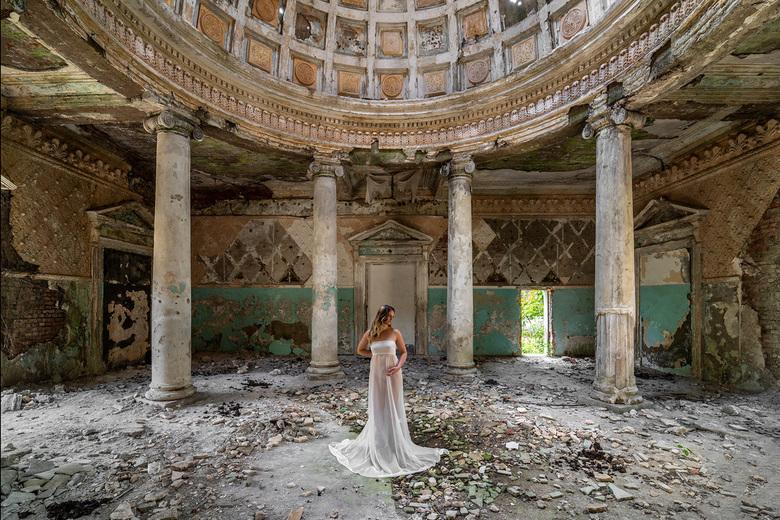 Graceful angel - Prachtige urbex locatie ergens in Georgië.....<br /> <br /> Model: Kim