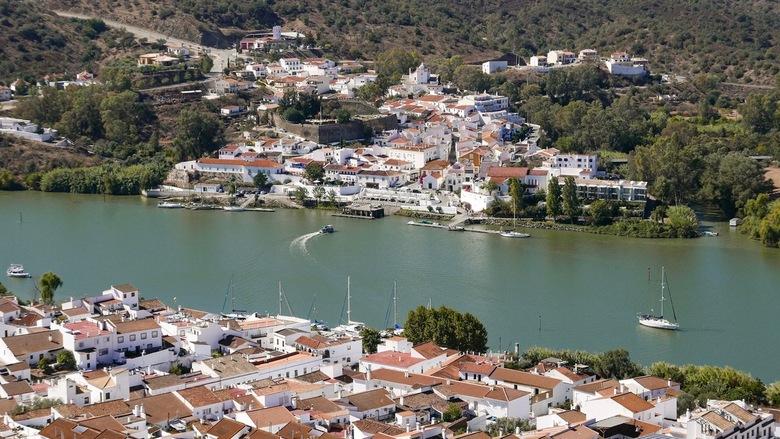 Guadianarivier - Een rivier tussen Spanje en Portugal. Met een klein bootje kun je naar de overkant. Ook op de foto te zien.<br /> <br /> Iedereen b