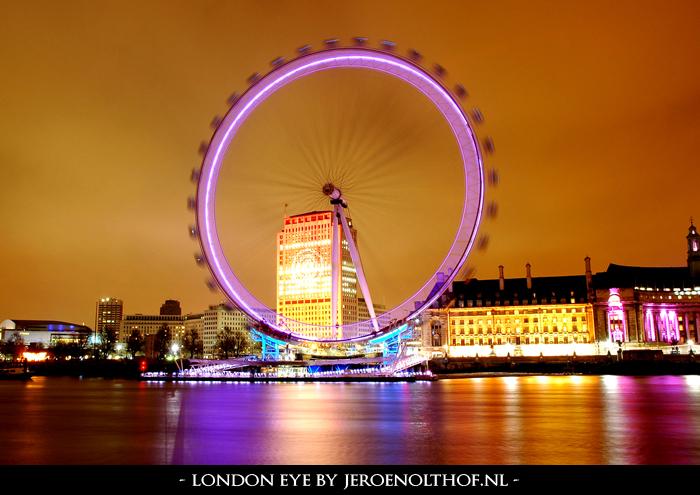 London Eye - Nachtfoto vanaf Victoria Embankment van de London Eye.