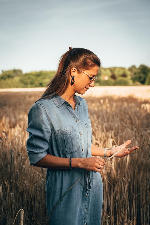 Jessica - Met de vrouw op locatie scouting. We stopten even bij dit prachtige graanveld en we probeerden wat poses uit om over te doen met een echt mo