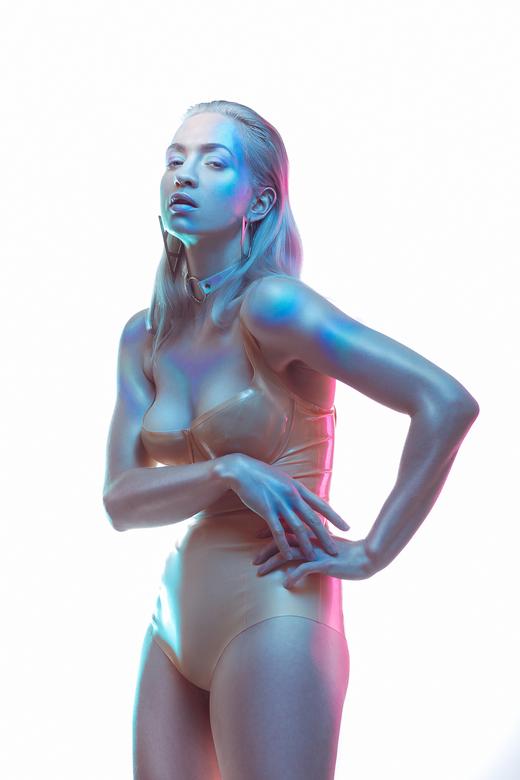 Duochrome - Model MyFragility<br /> Make-up Jane von Vintage<br /> Latex Marquis Fashion<br /> <br /> Ik heb maar liefst 5 lampen gebruikt voor de