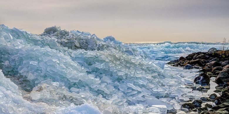 Nog meer kruiend ijs - Nog meer kruiend ijs bij Stavoren. Er was nog net een beetje zonlicht waardoor de mooie kleuren in het ijs goed uitkomen
