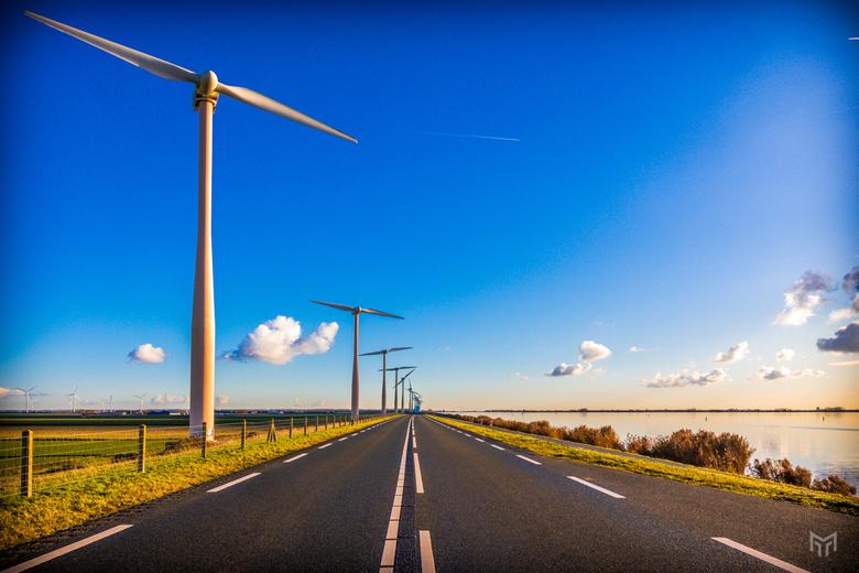Windmolens in november - De windmolens tussen Almere en Zeewolde op een mooie laatste herfstdag van november 2019.