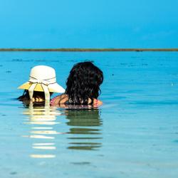 Dames in het water
