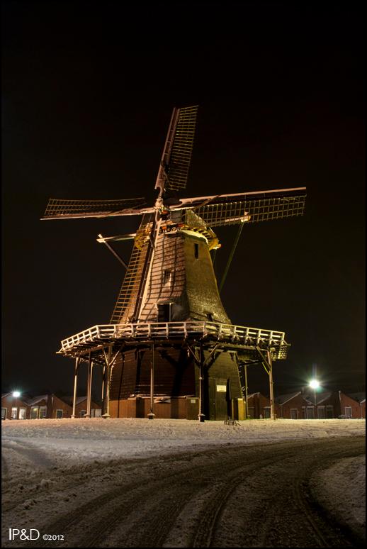Winterwonderland - Sneeuw geeft zulk mooi resultaat bij avond. Ik kon het dan ook niet laten om even naar de molen te wandelen die bij me om de hoek s