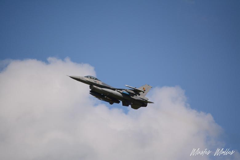 """Take-Off - Voordelen van het wonen vlak bij een startbaan van de luchtmacht <img  src=""""/images/smileys/wilt.png""""/>"""