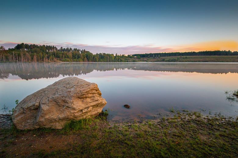 Steen aan meer - Een meer in de buurt van Maasmechelen tegen 07:00u in de ochtend.