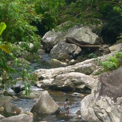 Meisje in een stroomversnelling in Maleisie