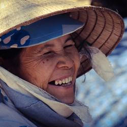 Vrouw aan het werk op de straten van Vietnam