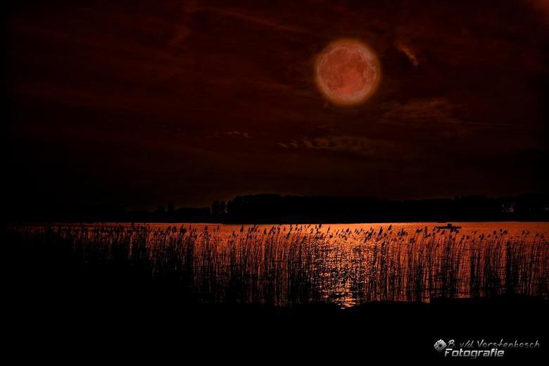 Rode Maan - foto was in eerste instantie voor een hdr<br /> maar na het maken ervan kwam ik erachter dat er teveel beweging in zat<br /> <br /> dus