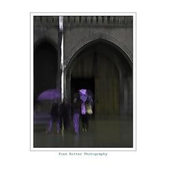 Kerkgangers in de regen