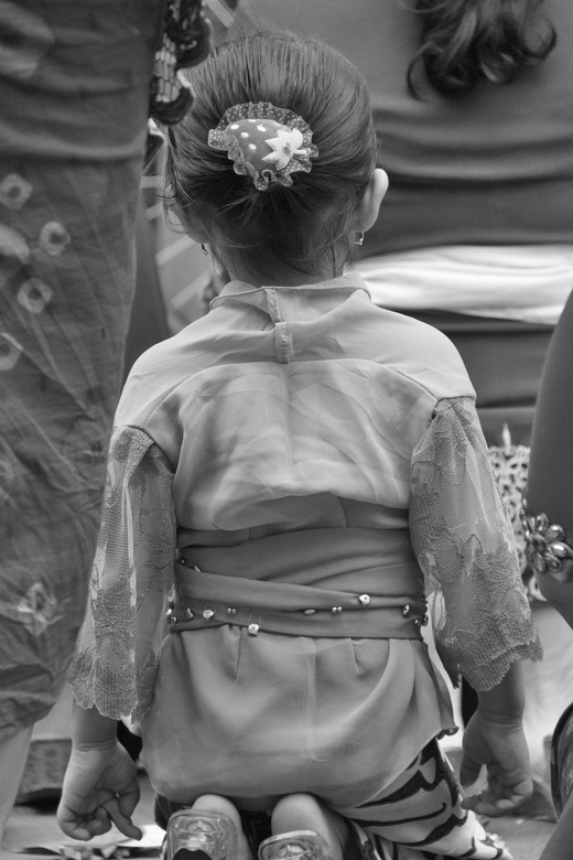 Aardbei - Meisje bij ceremonie op straat