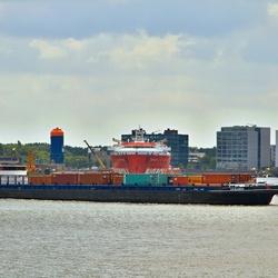 Binnenvaartschip met containers op weg van A naar B.