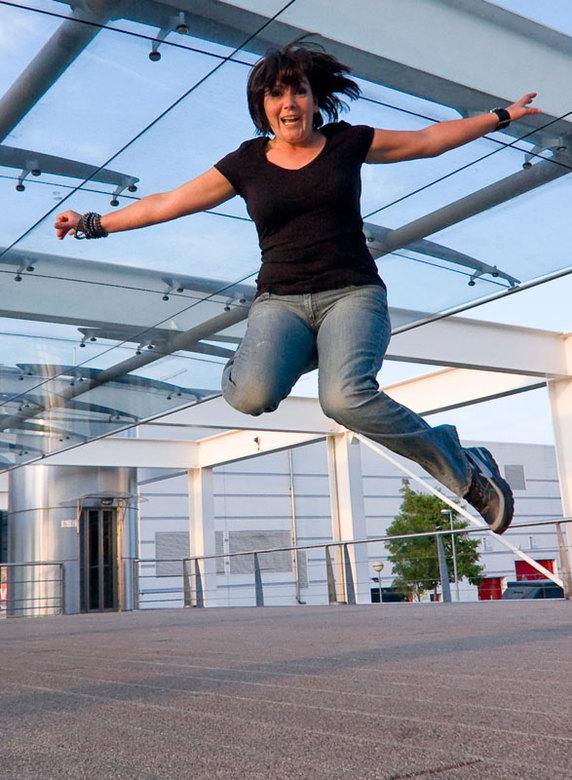 Foto van Hester voor mijn Jump serie - Nog een foto voor mijn Jump serie. We hadden deze avond minder licht omdat het al wat later was.Ik heb voor een