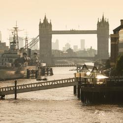 London - Thames met Tower Bridge op een vroege maandagmorgen