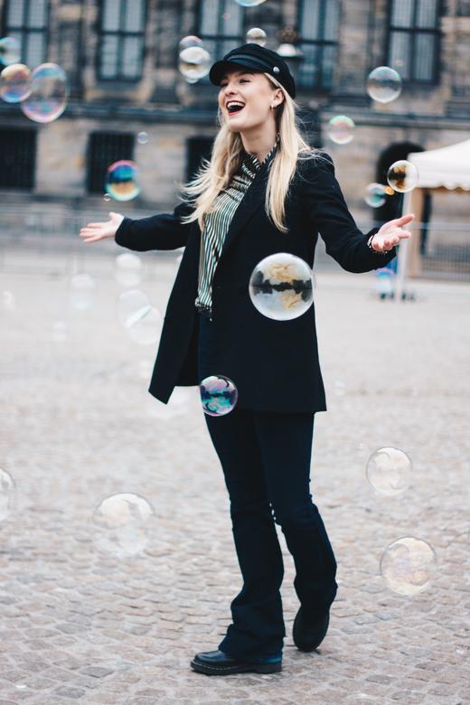 Met bubbles op de Dam in Amsterdam - Tijdens een fashion shoot voor haar Instagram kwamen we spontaan leuke zeep bellen tegen op de Dam in Amsterdam.