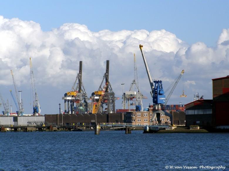Wolkenmassa boven Industrie gebied. - Het ging mij deze keer om de grote massa's wolken die boven Rotterdam te zien waren.