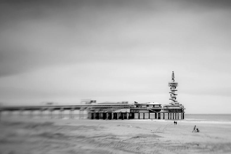 pier scheveningen monochroom - De pier bij Scheveningen, omgezet naar zwart wit. Een strak bewolkte lucht, weinig mensen op het strand. Foto gemaakt m