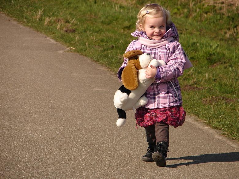 Lente. - Samen met kleindochter Sarah haar hond en mijn hond uitgelaten.<br /> Het werd een groot succes, waarbij alle bezigheden van de hond op de v
