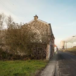 Doel (Belgie) - Scheldemondstraat met de koeltoren van de kerncentrale