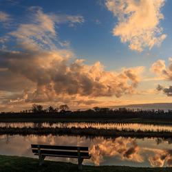 Prachtig zitje om de wolkenreflectie te bekijken in de Linge