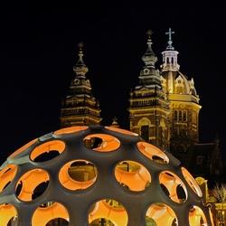 Eye Dome met de St.Nicolaaskerk op de achtergrond