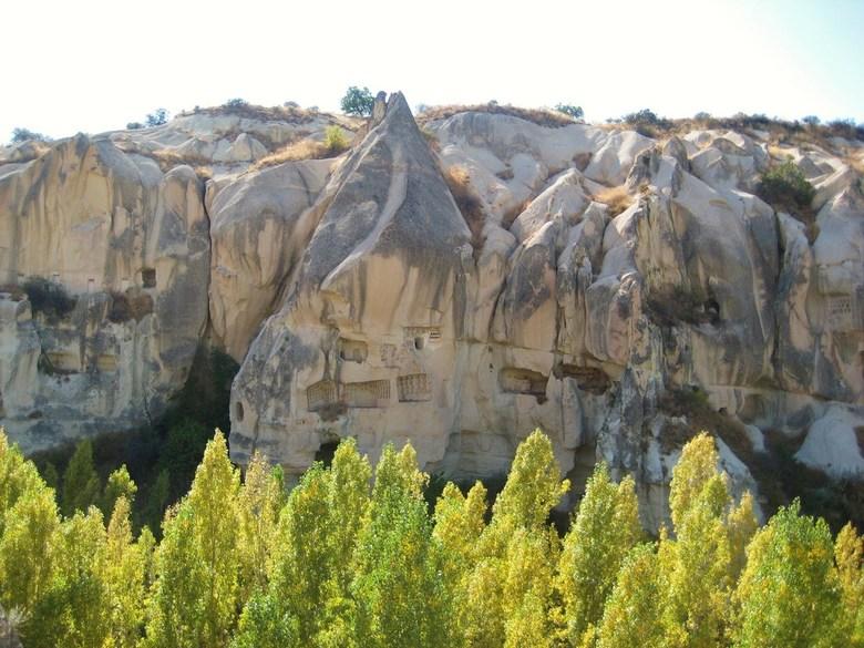 Patroon? - Boompjes passen bij het patroon van de bergen op de achtergrond. Cappadocië (Turkije).