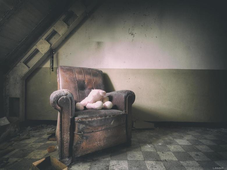 Cuddle Toy.. - Verlaten stoel in verlaten psychiatrisch ziekenhuis.