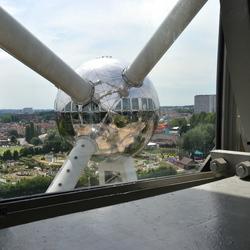 Doorkijkje vanuit het Atomium in Brussel.