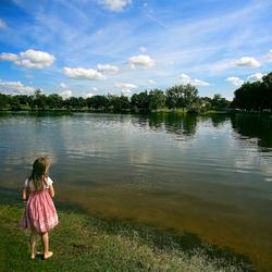 Meisje bij het meer